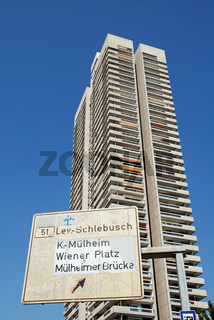 Das Colonia Hochhaus in Koeln ist das hoechste Wohngebaeude in Deutschland / The Colonia high-rise in Cologne is the highest apartment house in Germany