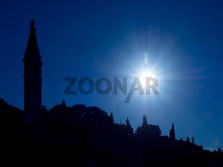 Stadtbild von Rovinj, Kroatien, mit der Kirche der heiligen Euphemia als Silhouette zur blauen Stunde