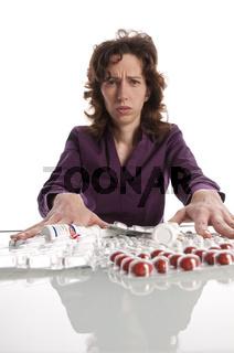 Frau lehnt Medikamente ab