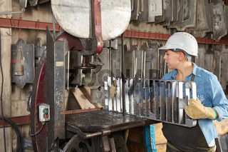 Frau in Metallfabrik sucht eine Gussform