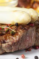 weißer Spargel auf einem gegrillten Steak