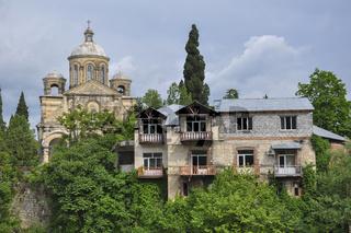 Kirche am Rionifluss in Kutaissi, Georgien