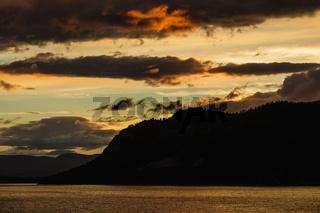 Blick auf den Storfjord in Norwegen am Abend