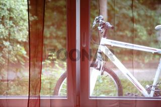 Fahrrad hinter dem Fenster