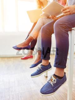 Viele Schuhe von Gruppe Leuten im Büro