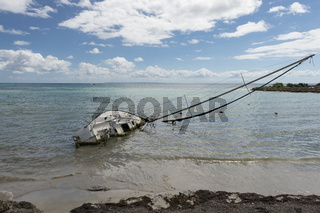 gekentertes Segelboot am Strand von Guadeloupe