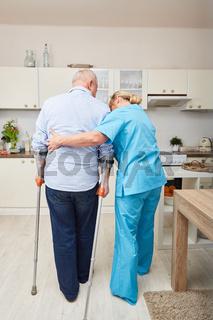 Therapeutin macht Physiotherapie mit Senior