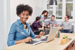 Kreative Start-Up Frau arbeit mit einem Grafiktablett