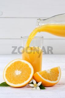 Orangensaft einschenken eingießen eingiessen Hochformat Orangen Saft Flasche Orange Fruchtsaft