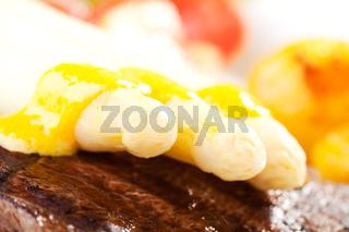 Spargel auf einem Steak