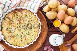 Kartoffelgratin in runder Auflaufform
