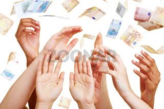 Viele Hände greifen nach Euroscheinen