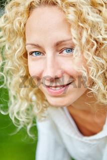 Porträt einer blonden jungen Frau