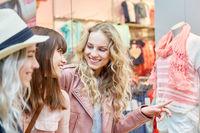 Freundinnen vor einer Boutique