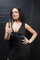 Frau mit Champagner auf schwarz