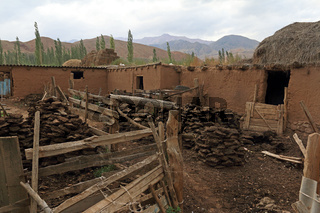Bauernhaus mit getrocknetem Kuhdung in Kyzyl Oi, Jumgal Distrikt, Kirgistan
