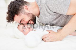 Vater kuschelt mit seinem neugeborenen Baby
