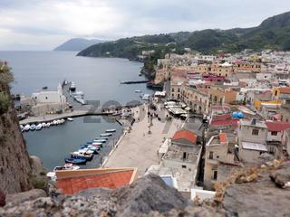 Blick auf den alten Hafen von Lipari, Liparische Inseln, Italien