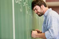 Frustrierter Student an der Tafel