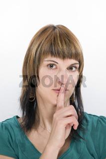 Finger auf den Lippen
