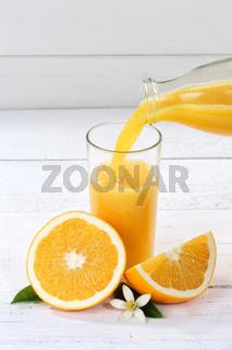 Orangensaft einschenken eingießen eingiessen Orangen Saft Hochformat Flasche Orange Fruchtsaft