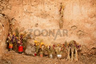 Alte Blumen auf Friedhof