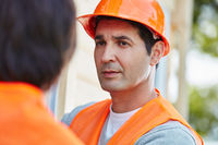 Mann als Bauarbeiter mit Schutzhelm