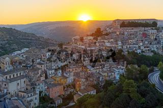 Sonnenaufgang in der alten Barockstadt Ragusa Ibla, Sizilien