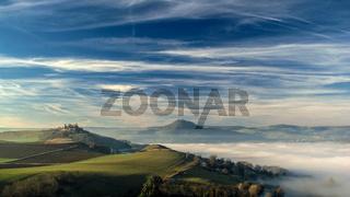 Nebel über dem Hegau mit Mägdeberg und Hohenhewen