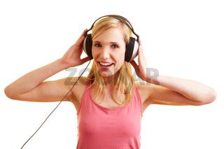 Blonde Frau hat Spaß mit Kopfhörern