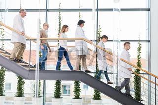 Mediziner als Ärzteteam im Treppenhaus