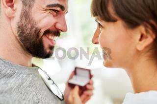 Junges Liebespaar beim Kauf von Eheringen