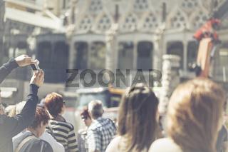 Ein Mann macht vor einer Sehenswürdigkeit mit Hilfe eines Sticks, ein Foto, Selfie