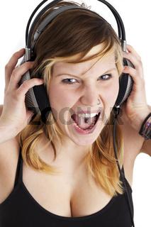 junge Frau schreit vor Freude, während Sie Musik hören
