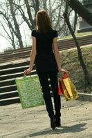Frau mit Einkaufstüten im Park