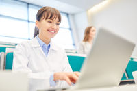 Junge Studentin der Medizin am Laptop