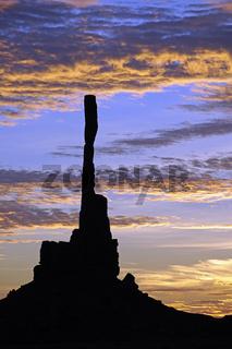 Sonnenaufgang mit 'Totem Pole' im Gegenlicht, Monument Valley, A