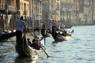 Gondelfahrt am Canal Grande in Venedig