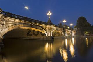 Lombardsbrücke an der Binnenalster bei Nacht, Hamburg, Deutschland