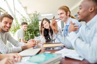 Gruppe Studenten lernt in Teamwork