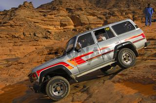 Geländefahrzeug im Akkakus-Gebirge,Sahara