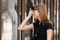überraschte Frau vor dem Schaufenster