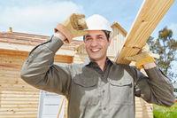 Handwerker arbeitet auf Baustelle