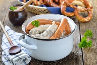 Frische Weißwürste und Wiener im Topf