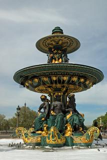 Brunnen am Place de la Concorde hoch
