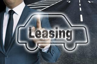Leasing Auto touchscreen wird von mann bedient konzept