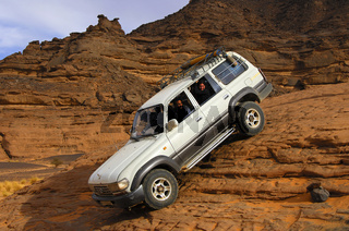 Geländefahrzeug passiert eine steile Felspassage