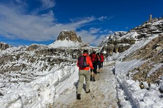 Wanderer auf dem winterlichen Rundweg um die Drei Zinnen, Dolomiten, Südtirol,Itaiien