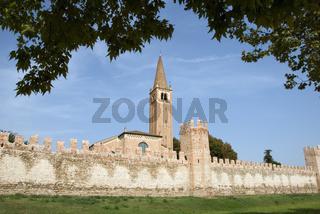 Stadtmauer und Kirche