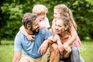 Eltern und Kinder als glückliche Familie